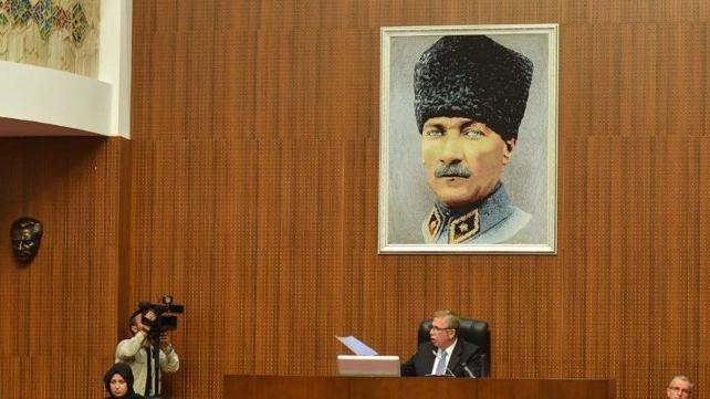 Yavaş meclis salonuna 'Kalpaklı Atatürk fotoğrafı' astırdı