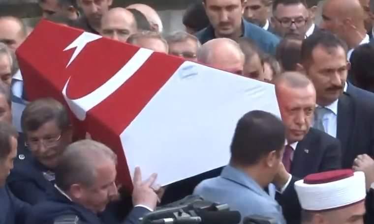 Profesörün tabutunu Erdoğan ile Davutoğlu omuzladı