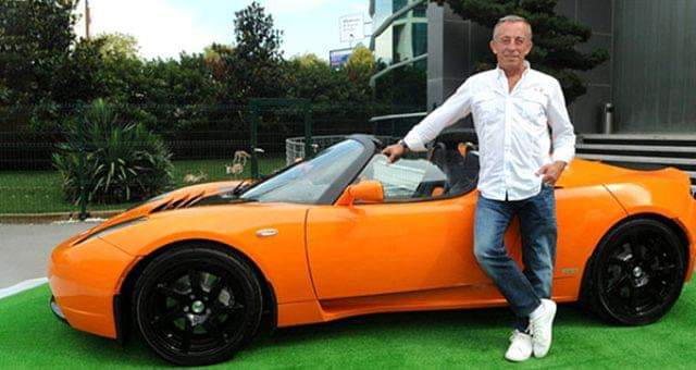 Bir süredir mali sıkıntı içinde olduğu belirtilen Ali Ağaoğlu'nun lüks araçlarını satışa çıkardı