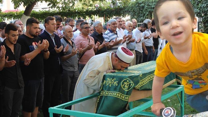 Cenaze namazını kıldıran imam, Eymen'in tabutunu öptü