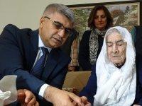 """100 yaşındaki nine """"Her şey güzel olacak"""" dedi... Valinin zor anları"""