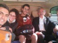 Kılıçdaroğlu, otostop çeken ODTÜ'lü öğrencileri makam aracına aldı